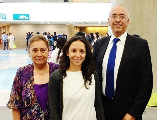何塞·路易斯·桑切斯阿爾瓦雷斯(Jose Louis Sanchezalvarez,右)與妹妹蜜瑞牡(Miriam)及母親。(明慧網)