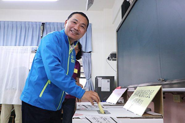 新北市市長侯友宜上午到新莊區頭前國小投票。(新北市新聞局提供)