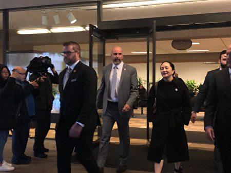 2020年1月23日,華為財務總監孟晚舟結束引渡聆訊,和保安人員一起走出加拿大卑詩最高法院。(王昱莎/大紀元)
