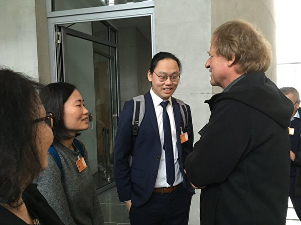 香港請願發起人莊可欣女士和請願方代表林超傑先生與關心香港問題的德國人彼得(右)交談(大紀元)