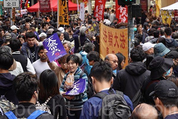 2020年1月1日,香港元旦由民間人權陣線(民陣)舉辦「元旦大遊行」,下午2時在維園集合。不到兩點,銅鑼灣已見參與遊行的大批市民,天滅中共標語大受歡迎。(余鋼/大紀元)