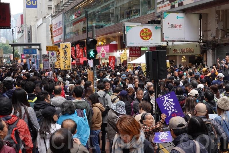 2020年1月1日,香港元旦由民間人權陣線(民陣)舉辦「元旦大遊行」,下午2時在維園集合。不到兩點,銅鑼灣已見參與遊行的大批市民,「天滅中共」標語大受歡迎。(余鋼/大紀元)