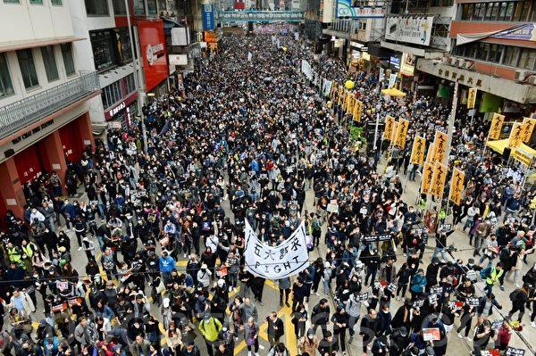 2020年1月1日,香港民間人權陣線(民陣)舉辦「元旦大遊行」,以「毋忘承諾 並肩同行」為主題。圖為市民遊行中的各式標語。遊行至軒尼詩道。(宋碧龍/大紀元)