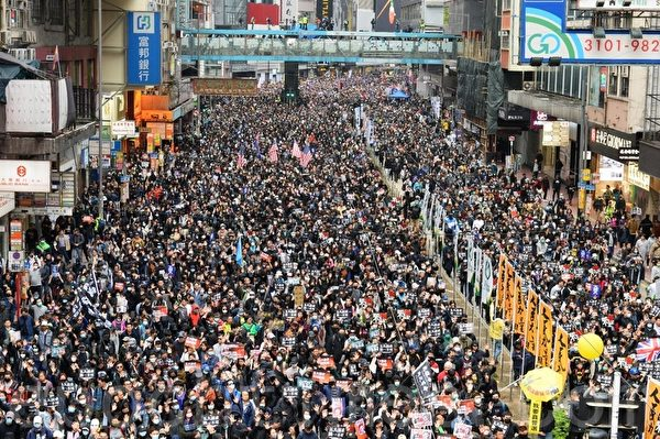 2020年1月1日,香港民間人權陣線(民陣)舉辦「元旦大遊行」,以「毋忘承諾 並肩同行」為主題。圖為市民遊行中的各式標語。(宋碧龍/大紀元)