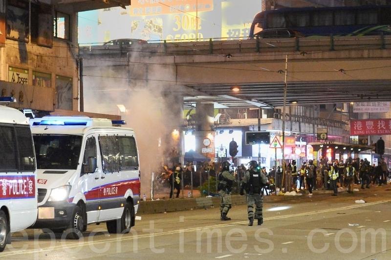 2020年1月1日,香港元旦由民陣舉辦「元旦大遊行」。銅鑼灣鵝頸橋警方施放催淚彈。(宋碧龍/大紀元)
