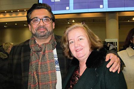 2020年1月1日,英國Sheffield教堂高級牧師Jim Master 博士和太太Joanna Master 在伯明翰ICC 劇院觀看神韻演出。(麥蕾/大紀元)