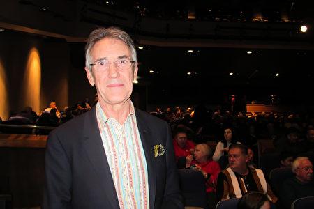 2020年1月1日下午,英國霍根莊園的勳爵Derek Raybould先生觀看了美國神韻國際藝術團在伯明翰ICC劇院的演出。(麥蕾/大紀元)