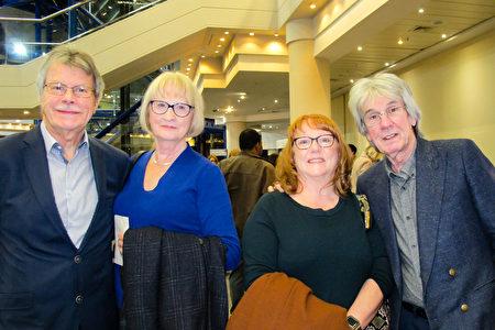 2020年1月1日晚,英國招聘公司董事John Smith(右一)偕行太太和同事一行於伯明翰ICC劇院觀賞神韻演出。(麥蕾/大紀元)