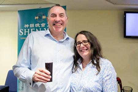 2020年1月1日晚,健康與安全經理Dennis Cheetham和女伴在英國伯明翰ICC 劇院觀看神韻演出。(麥蕾/大紀元)