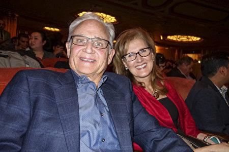 1月3日晚,廣告營銷公司創始人兼首席執行官Anita Nevins女士和保險銷售總監Brad Nevins先生觀看了神韻環球藝術團在三藩市歌劇院的演出。(周容/大紀元)