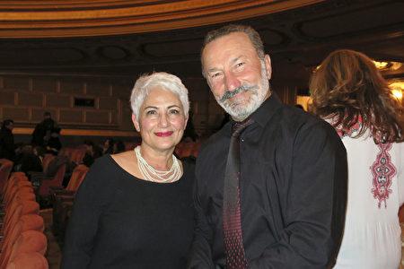 1月3日晚上,Filta公司老闆 Moradi夫婦倆一起欣賞神韻環球藝術團在加州三藩市歌劇院的第五場演出。(林家維/大紀元)