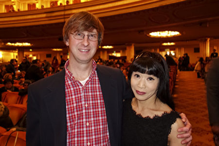 2020年1月3日晚,商業分析師James Glenn和太太Catherine Gong一起觀看了神韻環球藝術團在三藩市歌劇院的第五場演出。(於麗麗/大紀元)