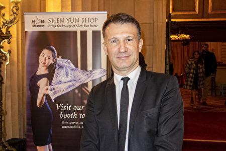 2020年1月3日晚,法國酒店銷售經理Franck Legrand觀看了神韻環球藝術團在三藩市歌劇院的第五場演出。(曹景哲/大紀元)