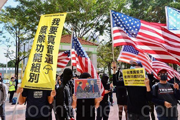 2020年1月5日,香港市民在上水一號花園舉行「上水和理行」活動。圖為市民手持各式標語表達訴求。(宋碧龍/大紀元)