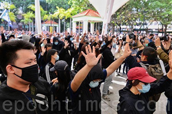 2020年1月5日,香港市民在上水一號花園舉行「上水和理行」活動。圖為市民舉手表達「五大訴求 缺一不可」開始遊行。(宋碧龍/大紀元)