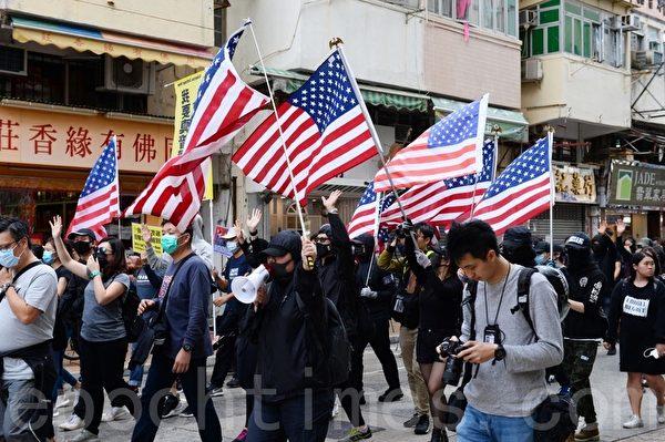 2020年1月5日,香港市民在上水一號花園舉行「上水和理行」活動。圖為遊行參與者手持美國國旗。(宋碧龍/大紀元)