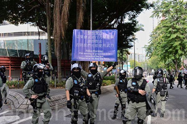 2020年1月5日,香港市民在上水一號花園舉行「上水和理行」活動。圖為防暴警察手舉警告旗幟。(宋碧龍/大紀元)