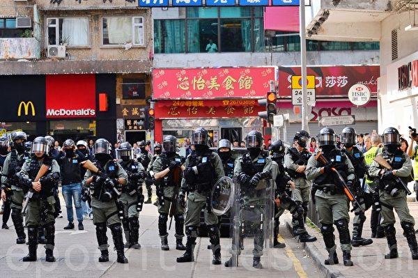 2020年1月5日,香港市民在上水一號花園舉行「上水和理行」活動。圖為上水新都廣場警民對峙(宋碧龍/大紀元)