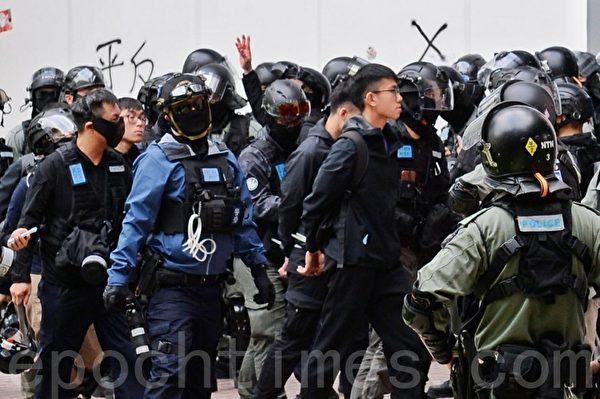 2020年1月5日,香港市民在上水一號花園舉行「上水和理行」活動。圖為防暴警察逮捕遊行參與者。(宋碧龍/大紀元)