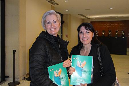 2020年1月5日下午,芭蕾舞老師Chantal Audet(左)與前芭蕾舞演員Lilian Moisan(右)在滿地可藝術中心觀看神韻世界藝術團演出。(滕冬育/大紀元)