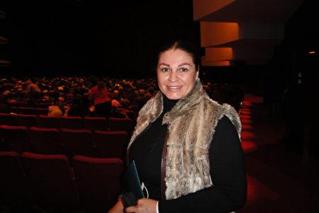 2020年1月5日下午,律師Ada Marisol Baroci觀賞了神韻在加拿大滿地可的演出。(滕冬育 /大紀元)
