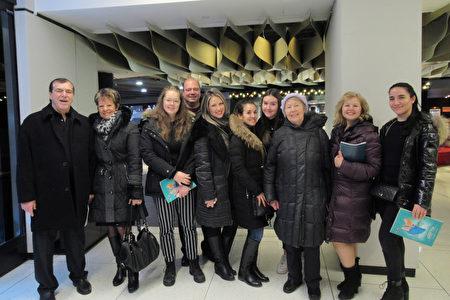 2020年1月5日下午,大型食品公司的質量監控主管Tatyana Shevchenko女士(右二)一家十口人在滿地可藝術中心觀賞神韻。(梁耀/大紀元)
