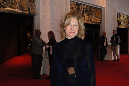 2020年1月5日下午,時尚設計師Raymonde Hamel女士觀賞了神韻在加拿大滿地可的演出。(滕冬育/大紀元)