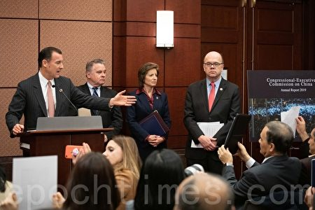 部份與會者攜帶著在中國遭受迫害的親人照片,國會議員托馬斯・蘇瑞(Thomas R. Suozzi)請他們展示照片。(林樂予/大紀元)