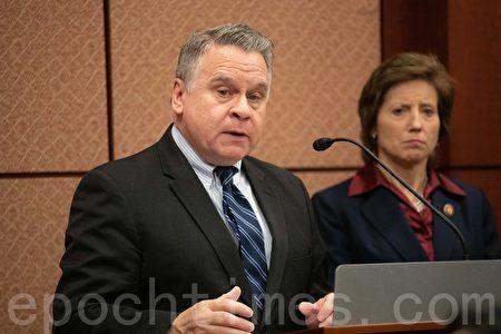 眾議員克里斯・史密斯(Chris Smith)表示,法輪功學員受到中共的殘酷迫害,活摘器官更是反人類的罪行。(林樂予/大紀元)