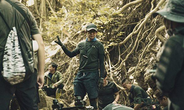 《傀儡花》劇照(現更名《斯卡羅》)。導演曹瑞原(中)指導拍攝現場。(公視提供)