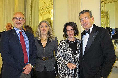 2020年1月10日,意大利那不勒斯市的副市長Luca Rotondi先生(左)和太太,與聖卡洛劇院基金會的董事會成員Mariano Bruni 先生和太太一同觀看了神韻演出。(麥蕾/大紀元)