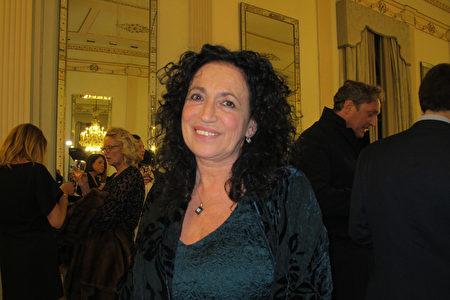 2020年1月10日晚,意大利服裝設計師兼藝術治療師、那不勒斯大學藝術教授Patrizia Mauro於那不勒斯聖卡洛劇院觀看神韻演出。(麥蕾/大紀元)