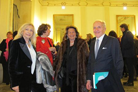 1月10日,意大利歌劇和交響樂全國聯盟主席Daniela Traldi (左)當晚和先生Stefano Traldi(右)跟朋友一起觀看了神韻演出。(麥蕾/大紀元)