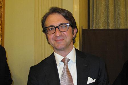 2020年1月10日晚,那不勒斯當地富豪、資深理財顧問Maurizio Stocchetti和友人,觀賞了神韻巡迴藝術團在那不勒斯聖卡洛劇院(NAPLES Teatro di San Carlo)的首場演出。(麥蕾/大紀元)