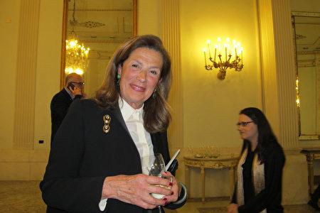 2020年1月10日晚,意大利知名藝術家 Maria Gabriella Amitrano 在拿坡裏聖卡洛劇院觀看神韻巡迴藝術團在當地的首場演出。(麥蕾/大紀元)