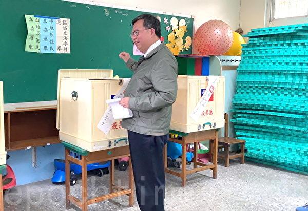 2020年1月11日,2020台灣總統大選,桃園市長鄭文燦上午九點到八德區大安國小投票。(徐乃義/大紀元)