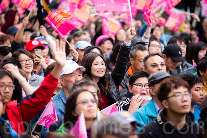 2020年1月11日,2020台灣總統大選與立委選舉,下午4點進行開票工作。民進黨競選黨部外聚集大批支持民眾等待開票結果。(陳柏州/大紀元)