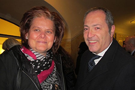 1月11日下午,意大利舞蹈學校藝術總監Sara Aniello女士與丈夫一同欣賞了神韻巡迴藝術團在那不勒斯聖卡洛劇院的第二場演出。(麥蕾/大紀元)