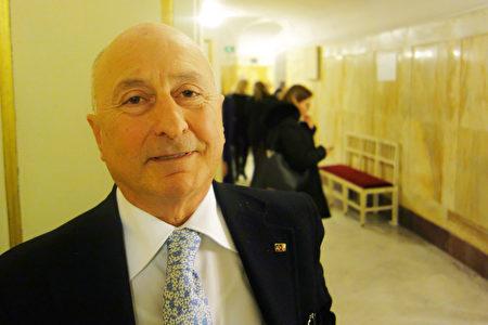 2020年1月11日晚,意大利前國會議員、神經精神學家Guido Milani在那不勒斯聖卡洛劇院觀賞神韻巡迴藝術團在當地的第二場演出。(Marco D'Ippolit/大紀元)