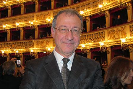 1月11日下午,Raffaele Lauria先生跟家人觀看了神韻在那不勒斯的演出。(麥蕾/大紀元)