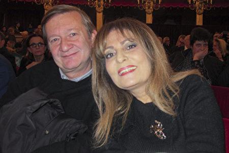 2020年1月11日晚上,意大利知名女歌手和丈夫一起觀看了神韻在那不勒斯的演出。(麥蕾/大紀元)