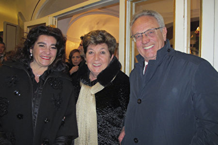 2020年1月11日晚,意大利新創公司總裁Augusto Lombardi在那不勒斯聖卡洛劇院觀看神韻演出。(麥蕾/大紀元)