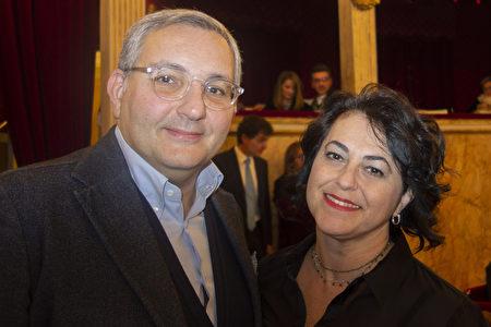 2020年1月11日,那不勒斯公司老闆Michele Del Prete和太太在聖卡洛劇院觀看神韻演出。(Marco D'Ippolito/大紀元)