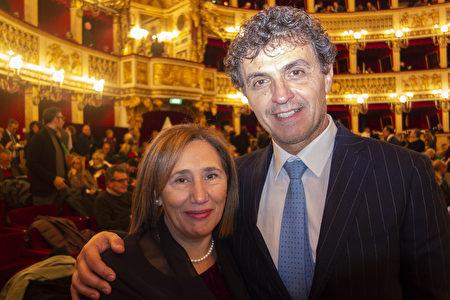 2020年1月11日晚,歐洲大型醫藥產品推廣公司負責人Nicola Ferraro攜家人在意大利那不勒斯的聖卡洛劇院觀看了神韻演出。(Marco D'Ippolito/大紀元)