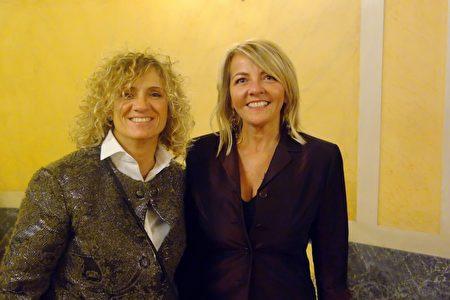 2020年1月17日晚,跑車服務公司總裁Gemma Provenzano(左)與好友Zanetti Monica(右)一起在意大利摩德納市巴伐洛堤大劇院觀賞神韻演出。(Marco D'Ippolito/大紀元)