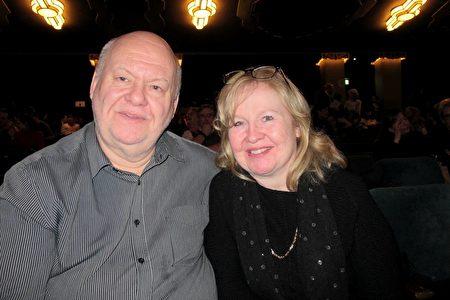2020年1月17日晚,英國電子公司執行董事Kevin Palmer和太太Theresa Palmer在倫敦Eventim Apollo劇院觀看神韻演出。(麥蕾/大紀元)