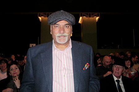 國際娛樂公司KSPARK的常務董事Moni Pangali於2020年1月17日在倫敦Eventim Apollo劇院觀看神韻演出。(麥蕾/大紀元)
