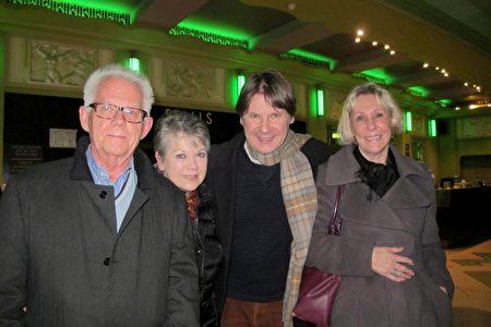 2020年1月17日晚,英國CEO Anthony Maddalena(右二)與母親Maggie Edwards(右一)和朋友Pete Hughes(左一)、Jean Hughes夫婦一同在倫敦Eventim Apollo劇院觀看神韻演出。(麥蕾/大紀元)