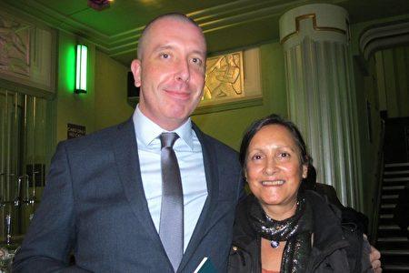 2020年1月17日晚,大型國際IT科技公司Computacenter的技術顧問Elliot Melloy和女友Vivienne Hunt兩人慕名欣賞神韻國際藝術團在倫敦Eventim Apollo劇院的首場演出。(麥蕾/大紀元)