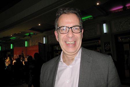 保險公司主管Neil Riddington於2020年1月17日在倫敦Eventim Apollo劇院觀看神韻演出。(肖憫/大紀元)